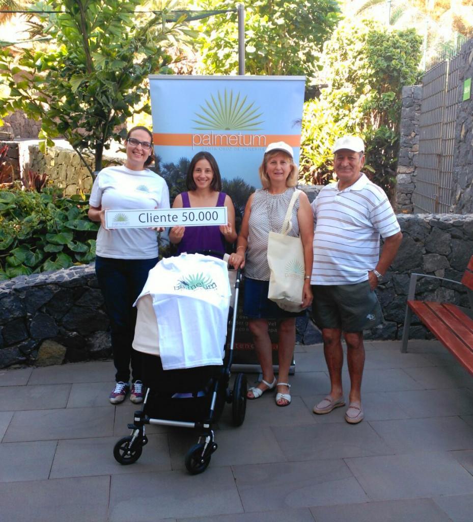 Agar Lorenzo (taquillera del Palmetum) junto al cliente 50.00 y su familia.